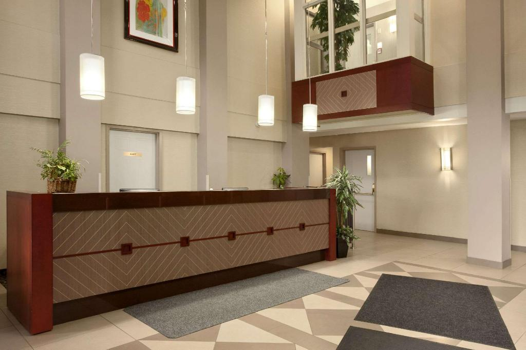Lobby Travelodge by Wyndham Oshawa Whitby