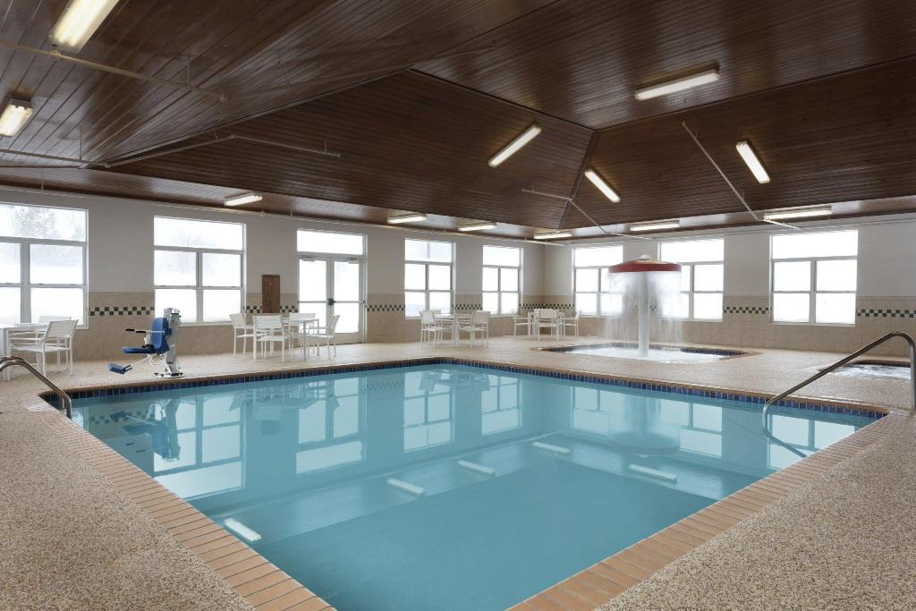 Pool Country Inn & Suites By Radisson, Houghton, Mi