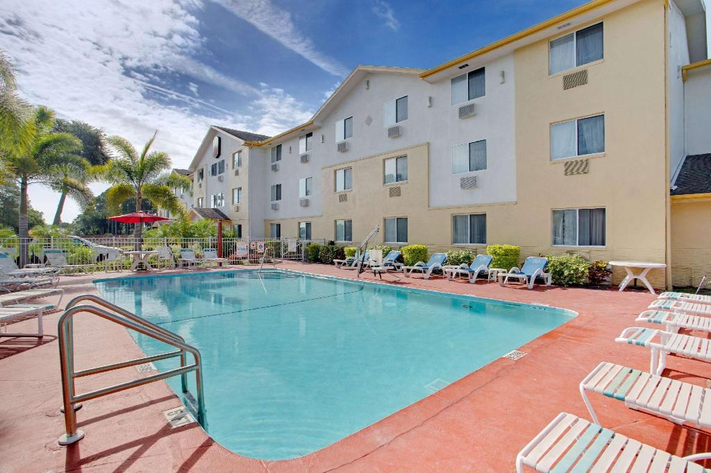 Piscina exterior Super 8 By Wyndham Clearwater - St. Petersburg Airport