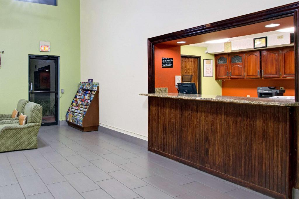 Lobby Super 8 By Wyndham Clearwater - St. Petersburg Airport