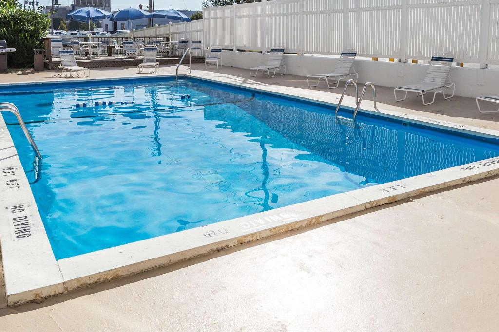 Piscina al aire libre Days Hotel & Conference Center by Wyndham Danville