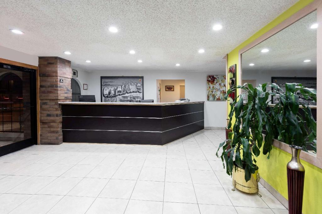 Lobby Super 8 By Wyndham Sapulpa/Tulsa Area