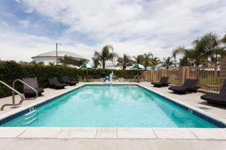 Swimming pool [outdoor] Days Inn & Suites by Wyndham South Gate