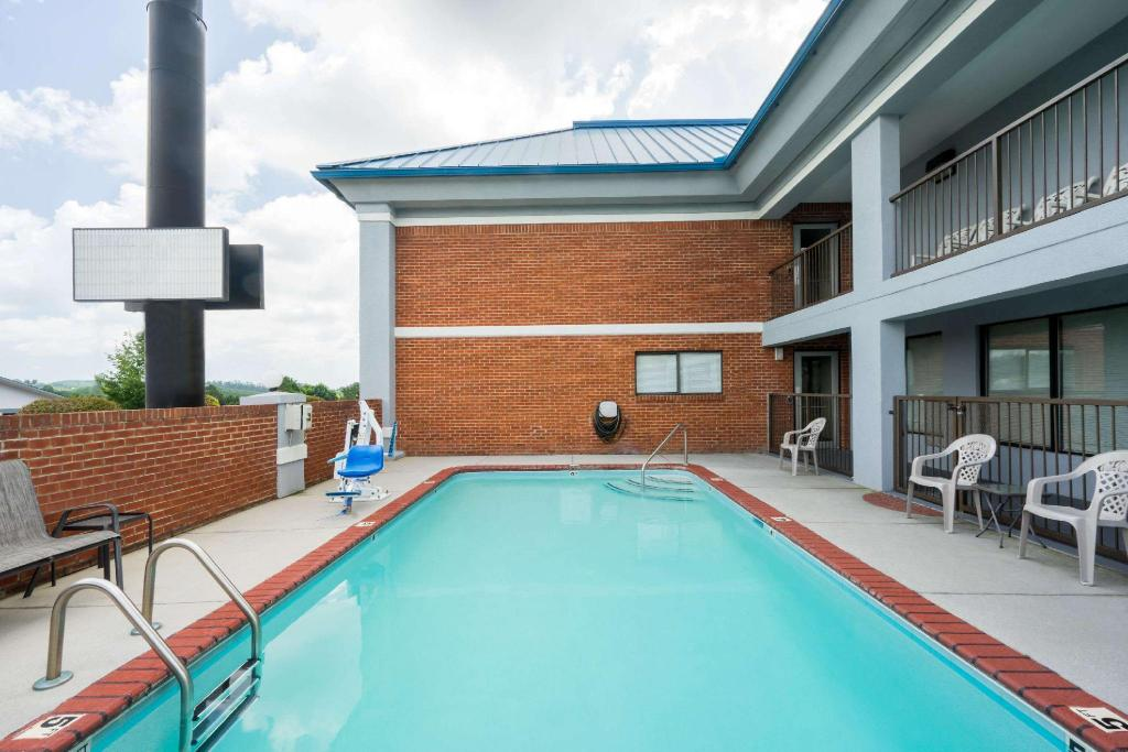 Piscina exterior Super 8 By Wyndham Dandridge