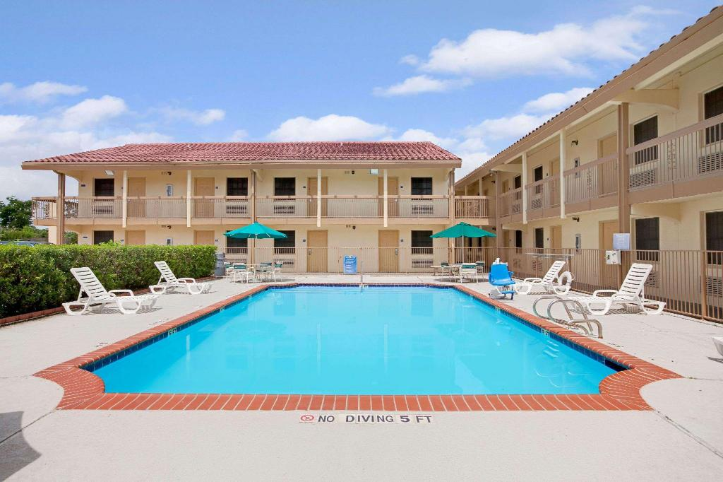 utomhuspool Baymont Inn & Suites Houston I-45 North