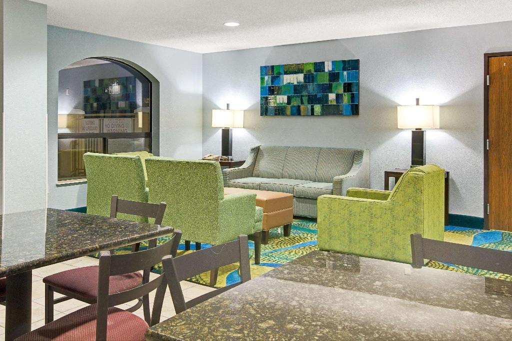 Lobby Days Inn by Wyndham Dallas Garland West