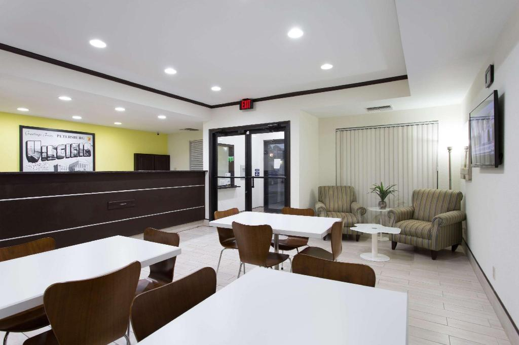 Lobby Super 8 By Wyndham Petersburg