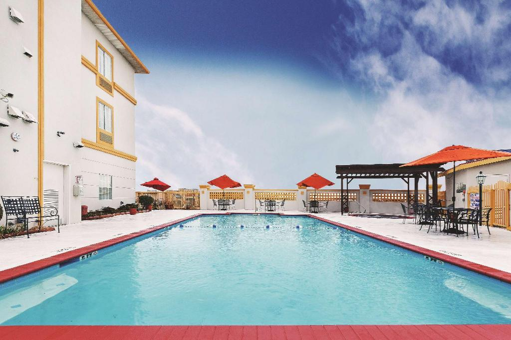 Swimming pool [outdoor] La Quinta Inn & Suites Weatherford