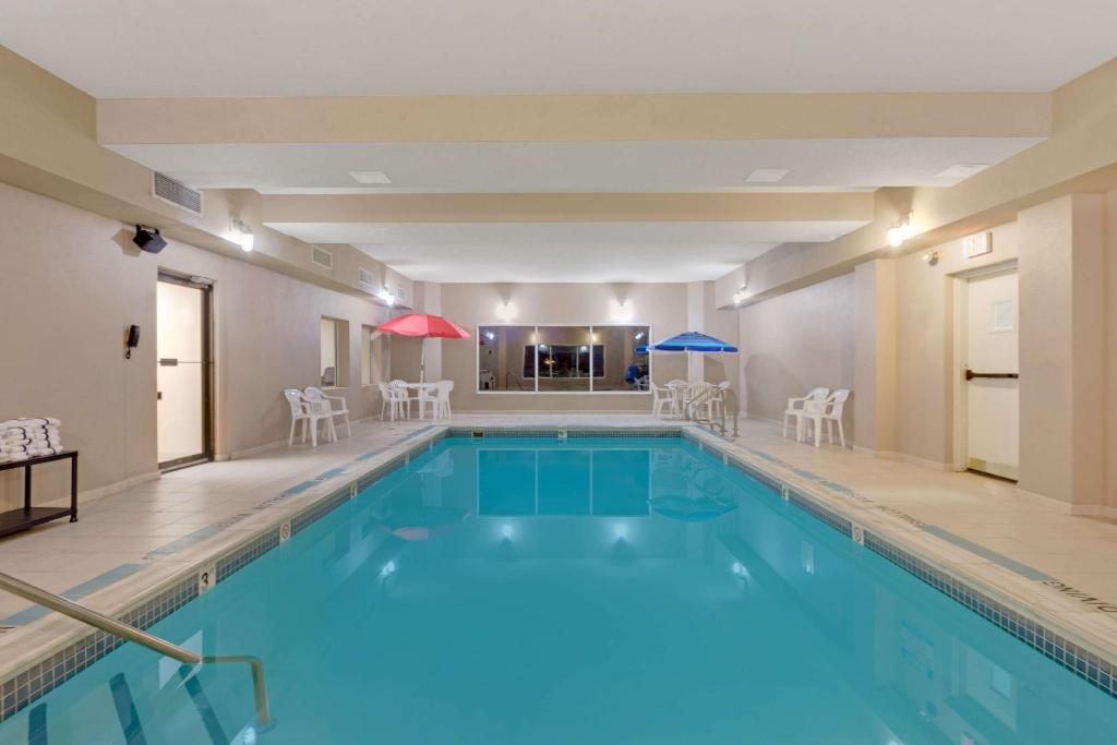 Piscina Days Inn by Wyndham Pittsburgh Airport