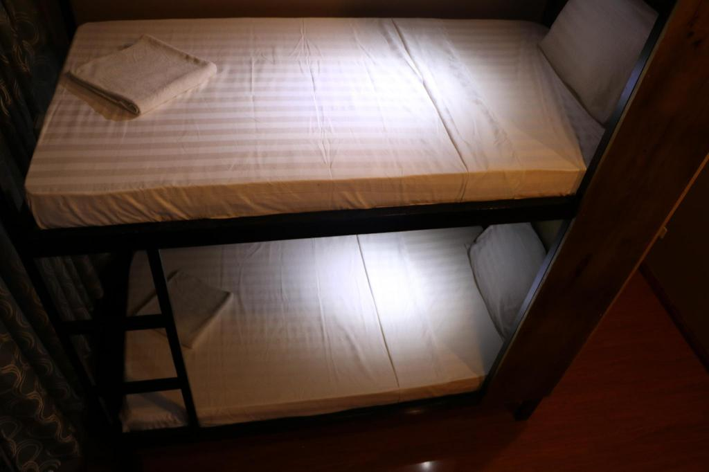 Bed in 4-Bed Female Dormitory Room แมเนอร์ เฮาส์ (Manor House)