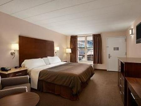 1 King Bed, Accessible Room, Smoking - Guestroom Ramada by Wyndham Rockville Centre