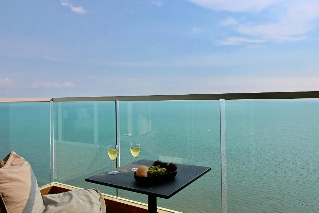 Dasiri Cetus 1BR Beachfront Condo 27th Floor Jomtien