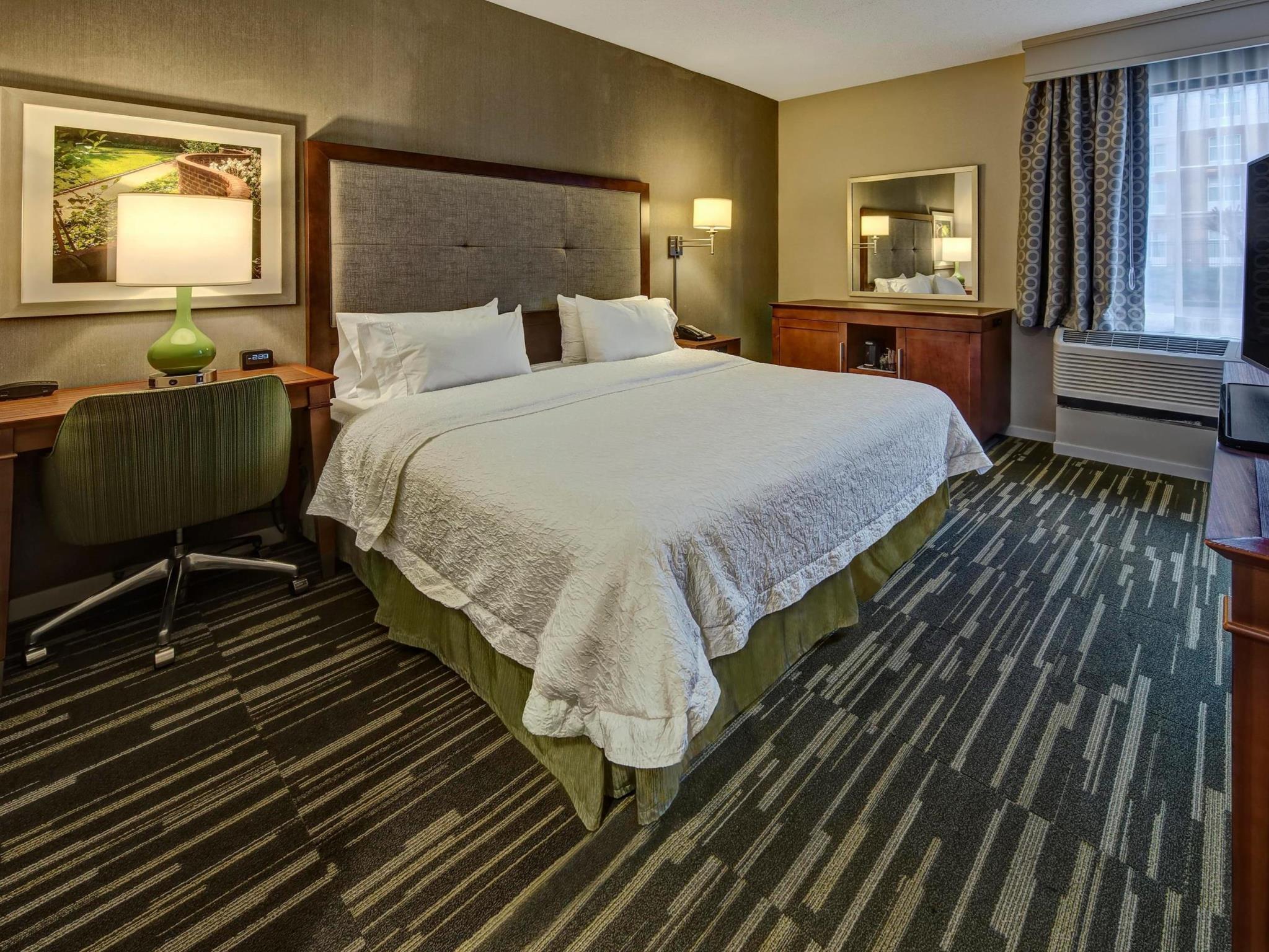 hampton inn charlottesville in charlottesville va room. Black Bedroom Furniture Sets. Home Design Ideas
