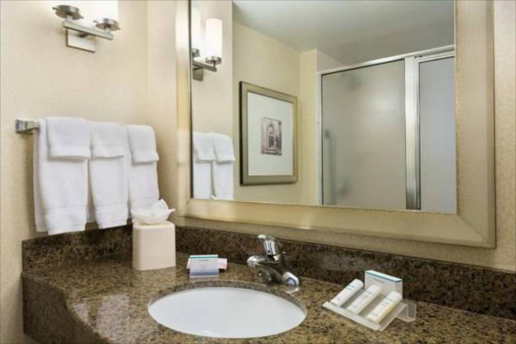 Bathroom Hilton Garden Inn Waldorf