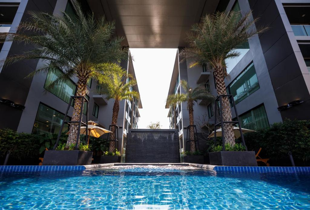 Swimming pool [outdoor] The Star Hill Condo by Thanakrit