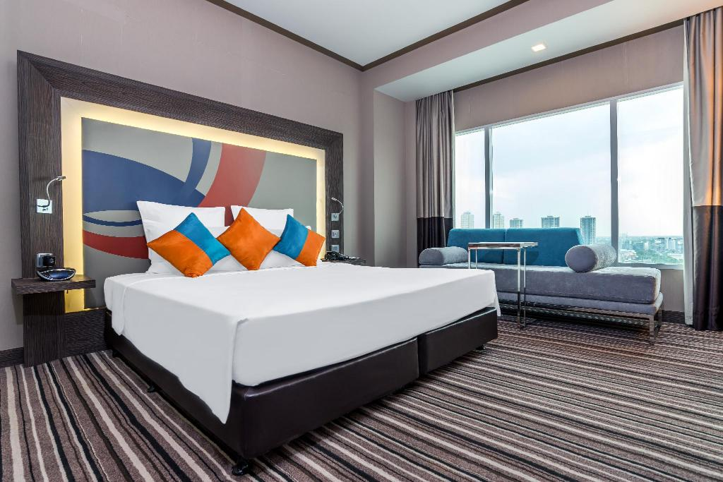 Executive Room 1 King Bed - Guestroom Novotel Bangkok Impact Hotel