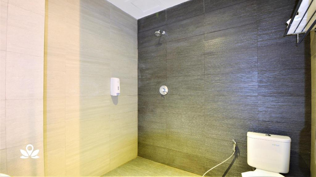 Deluxe Double Room - Bathroom ZEN Rooms Duta Merlin