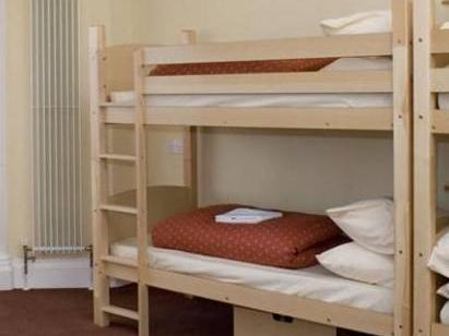 Etagenett in 6-Bett Frauen-Schlafsaal mit Gemeinschaftsbad (Bunk Bed in Male Dormitory Room with Shared Bathroom)