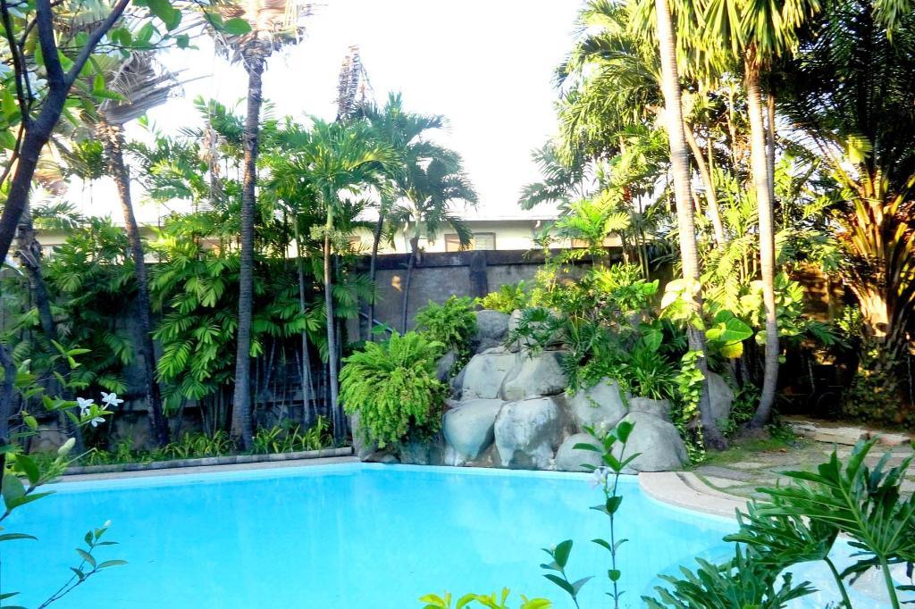 Best Price on Hampton Gardens in Manila + Reviews