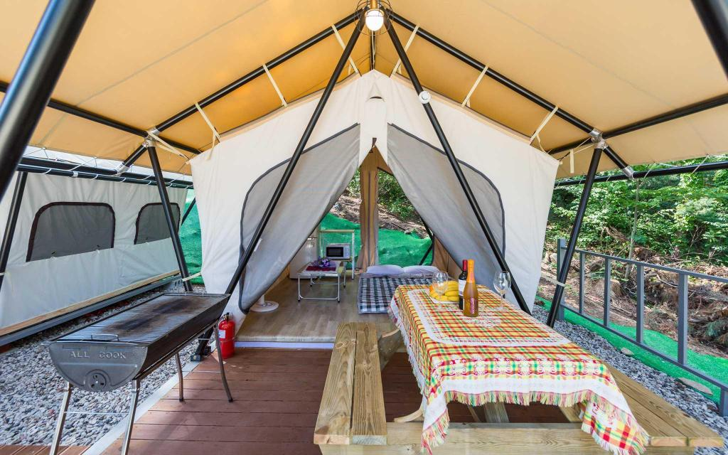 Area duduk di luar ruangan Antibes Pension - Glamping and 102 Nancy