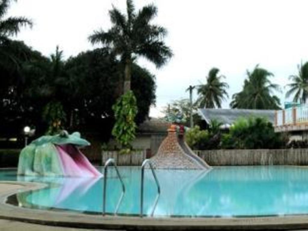swimming in hacienda darasa resort [04.09.10] - YouTube