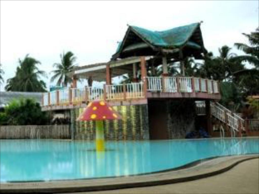 Best price on hacienda darasa garden resort hotel in for Pool garden resort argao