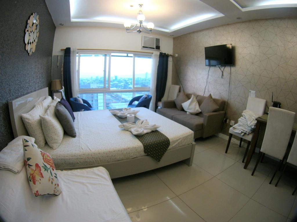 Deluxe Queen Full Glass View Studio Unit-CebuRooms