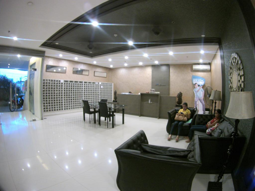 Lobby Deluxe Queen Full Glass View Studio Unit-CebuRooms