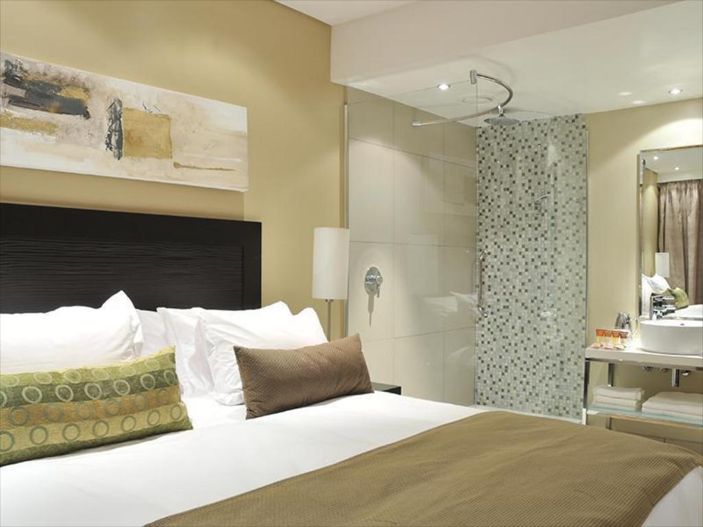 Guest room, 1 Double or 2 Twin/Single Bed(s) - Badeværelse Protea Hotel by Marriott Transit O.R. Tambo Airport