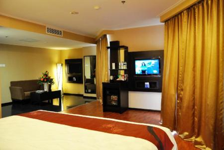Suite with King Bed Non Smoking - Bed Best Western Mangga Dua Hotel and Residence