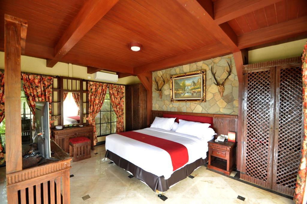 Edensor Hills Villa Resort Cafe Sentul Bogor Room