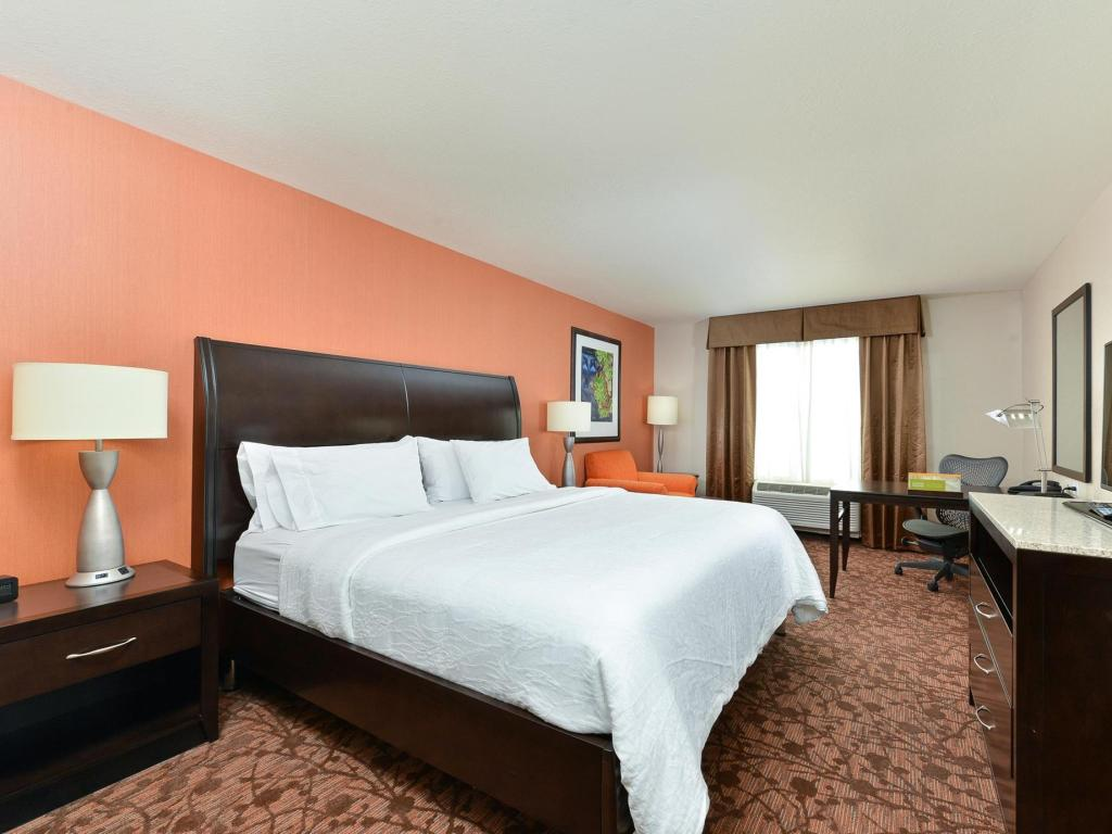 1 king bed guestroom hilton garden inn cincinnati west chester - Hilton Garden Inn West Chester