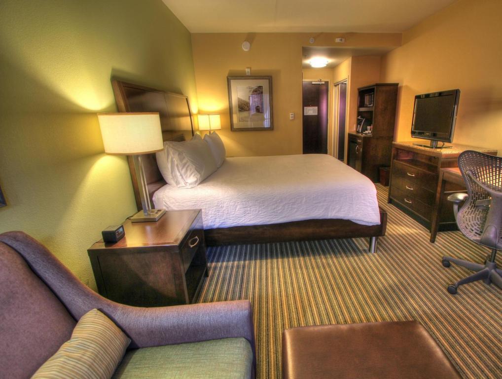 1 king bed guestroom hilton garden inn gatlinburg - Hilton Garden Inn Gatlinburg
