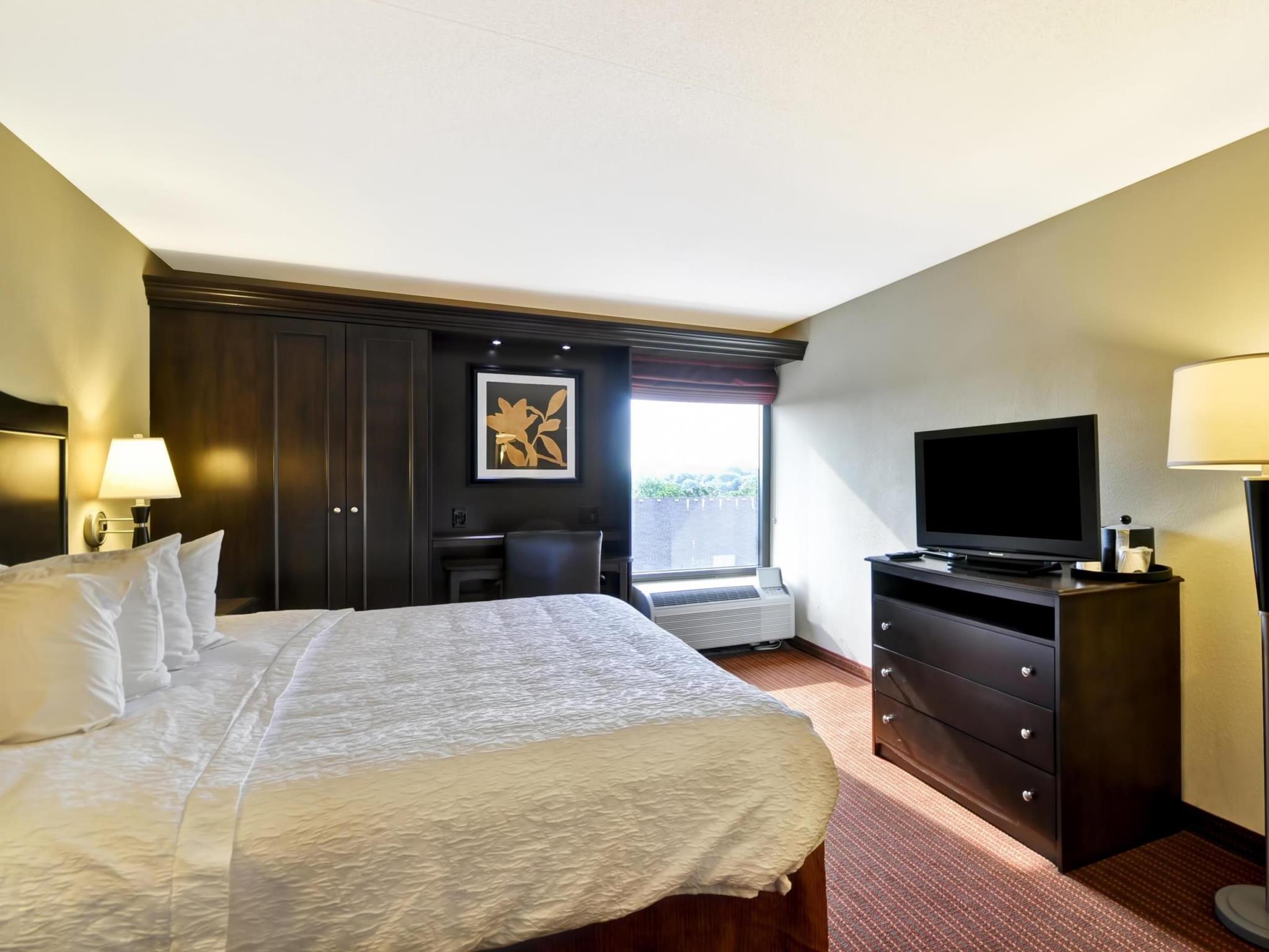 1 King Bed Non Smoking   Guestroom Hampton Inn Kansas City Overland Park