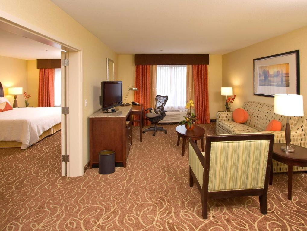 1 King Suite Hearing Accessible - Guestroom