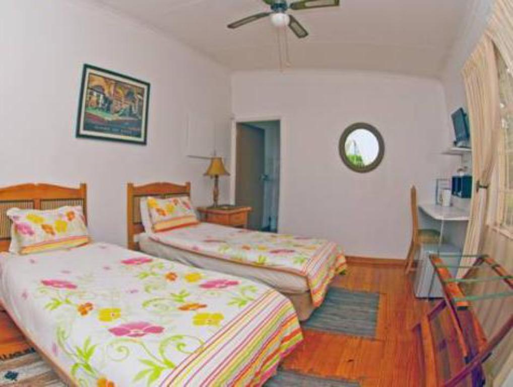 Twin Room - Bed Wayfarers Guest House
