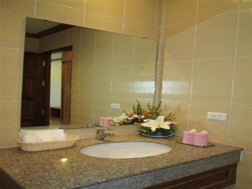 Superior Double Room - Bathroom MT Hotel Patong