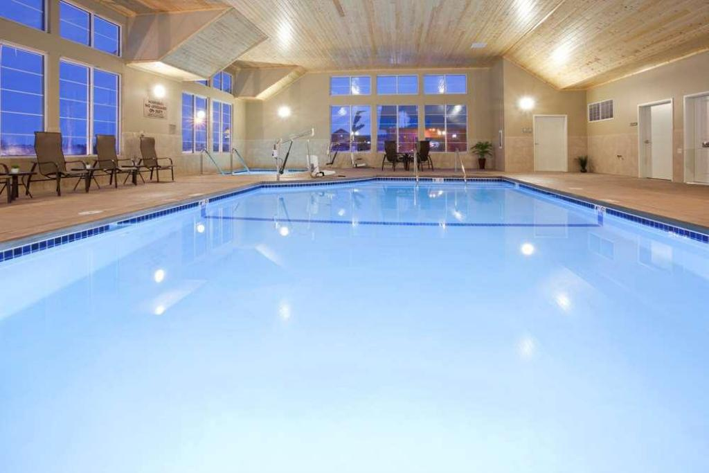 Swimming pool GrandStay Hotel & Suites Thief River Falls
