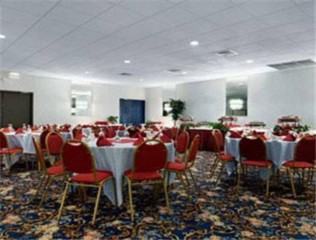 Restaurant Ramada Watertown