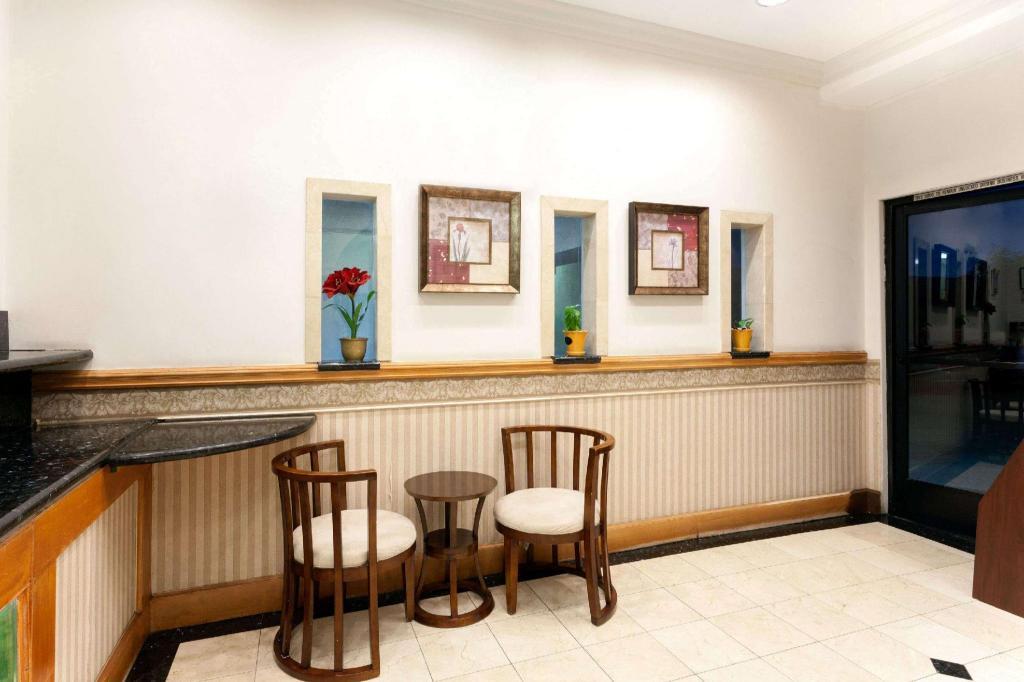 days inn by wyndham alhambra ca in los angeles ca room. Black Bedroom Furniture Sets. Home Design Ideas