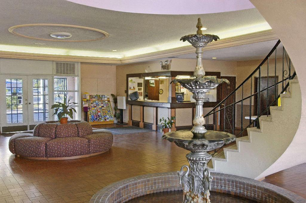 Lobby Days Inn by Wyndham Gainesville University