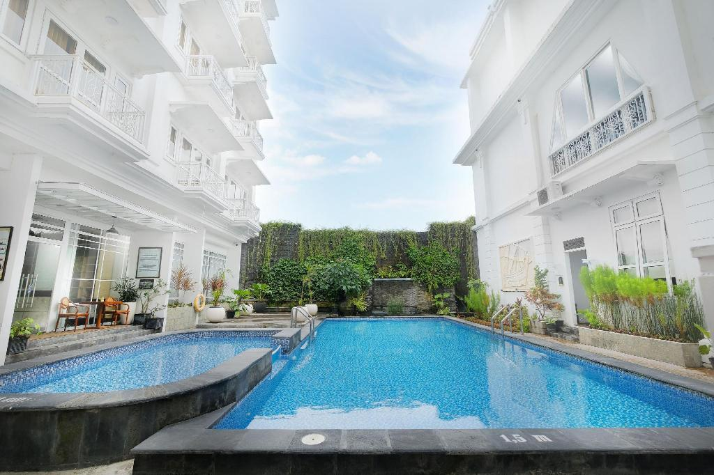 Swimming pool [outdoor] Royal Darmo Malioboro Hotel