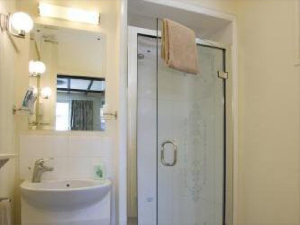Bathroom Oakwood Bed and Breakfast Heathrow