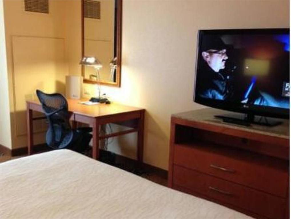 1 King Hearing Accessible - Guestroom Hilton Garden Inn Fort Worth Medical Center