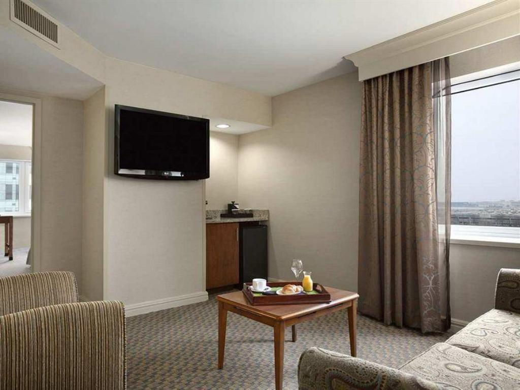 1 King 1 Bedroom Executive Floor Suite - Guestroom Hilton New York JFK Airport Hotel