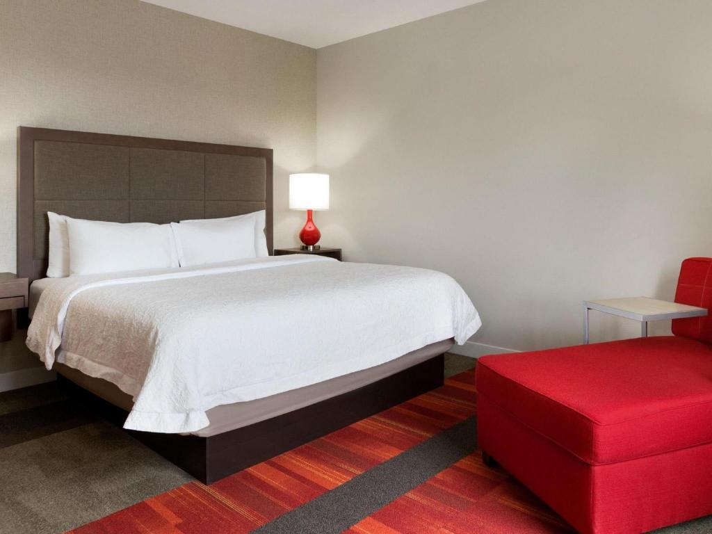 客房(特大床) - 有冰箱/禁菸 - 床 Hampton Inn by Hilton North Olmsted Cleveland Airport