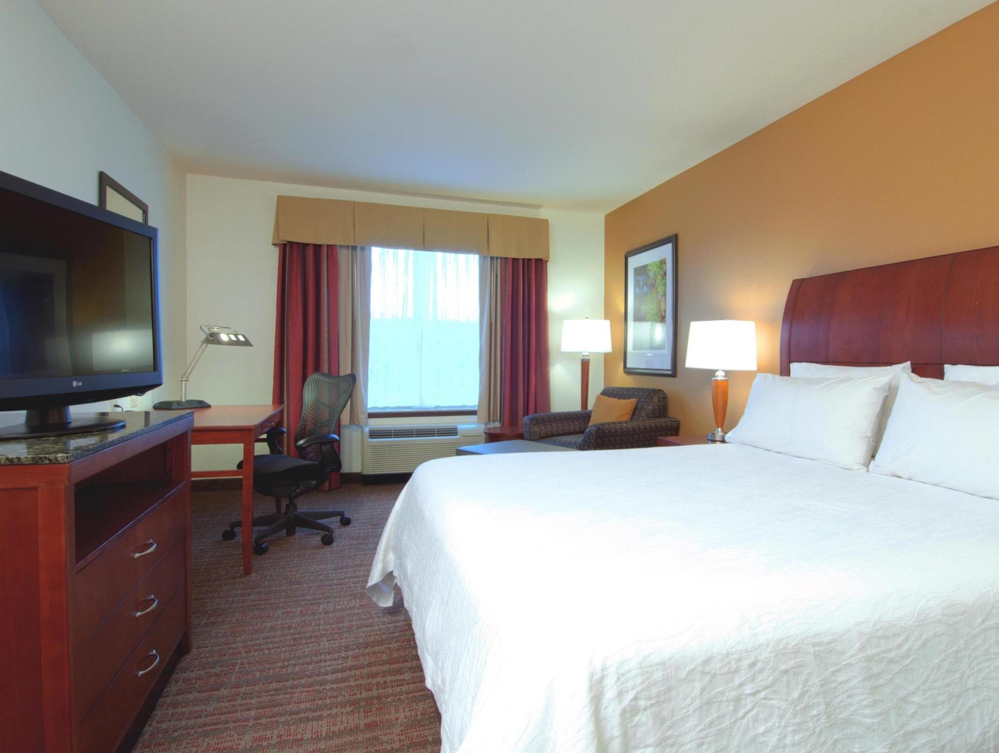 1 King Bed   Guestroom Hilton Garden Inn Rockford