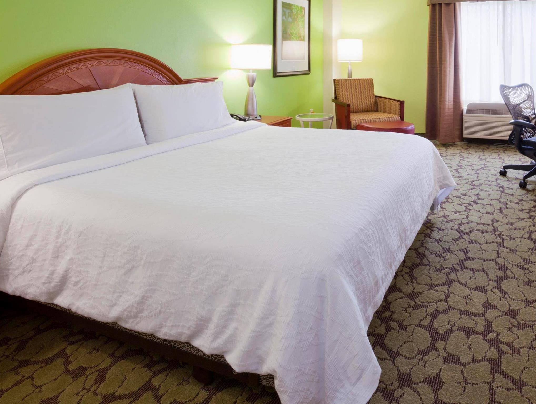 1 king accessible roll in shower - Hilton Garden Inn Bloomington