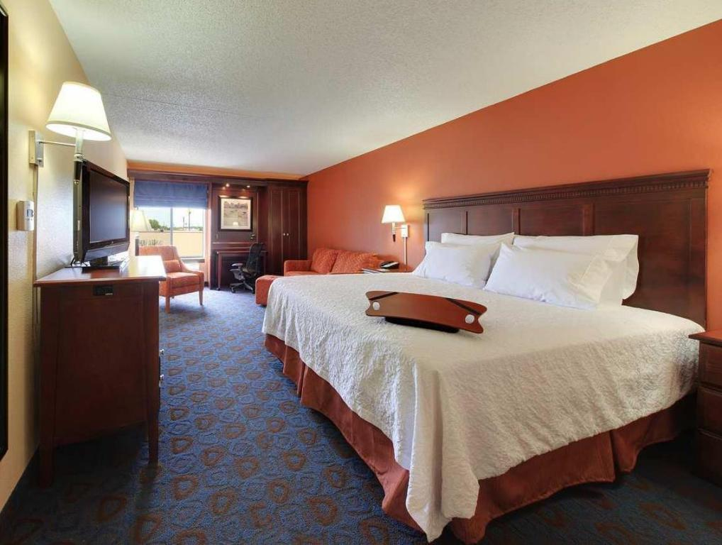 1 King Bed Non-Smoking - Guestroom Hampton Inn Bentonville-Rogers