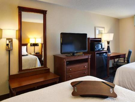 Double Queen Non-Smoking - Guestroom Hampton Inn and Suites Toronto Airport